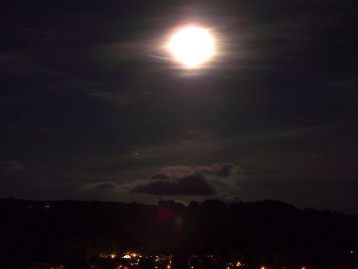 Resultado de imagen para overexposed moon photos